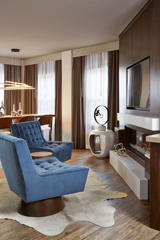 suite2 Pair blue chairs with TV